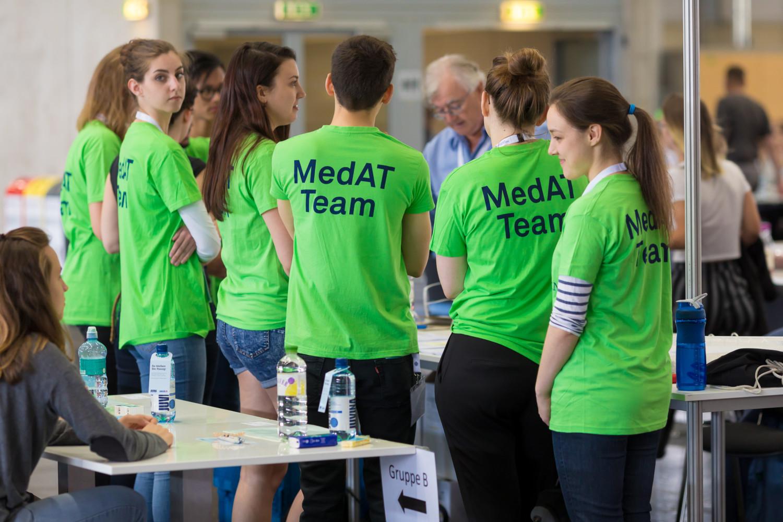 MedAT 2017: Während die Aufseher damit beschäftigt waren, alle 16.000 Testhefte und Antwortbögen korrekt zu verteilen