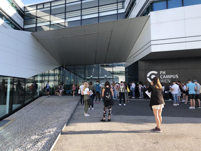 TestteilnehmerInnen vor dem Testgebäude am FH-Campus Wien